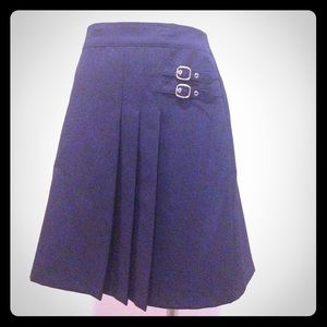 Navy blue pleated buckle skirt