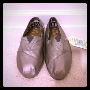 TOMS Shoes - 🌟TOMS Bennet Metallic Slip-Ons