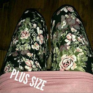 LAST ONE HP Plus SIZE Romantic Floral Leggings