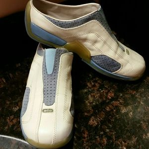 GUESS Shoes - GUESS Stylish White Leather  Sneakers. Size 7
