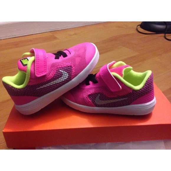 Nike Girls Toddler Revolution 3 Size 7 youth NWT