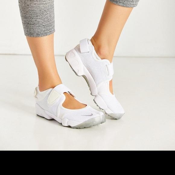 NIKE Air Rift Split Toe Running Shoe! </div> <div> <input type=
