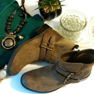 Clarks Shoes - 💎NWOB °Clarks° Green Khaki Suede Boots