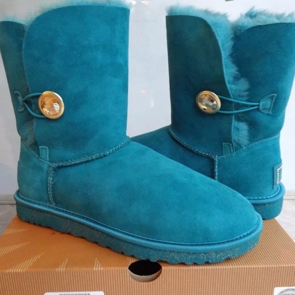 00a7b24acd1 Authentic Ugg Bailey Button Ornate Brand New