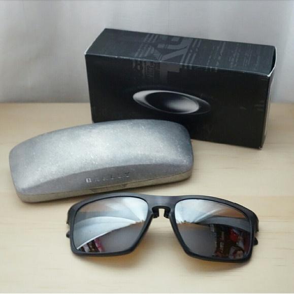 3ed88ab6e28 LIKE NEW OAKLEY Silver F Foldable Sunglasses. M 5849c04e4e95a306a6002501