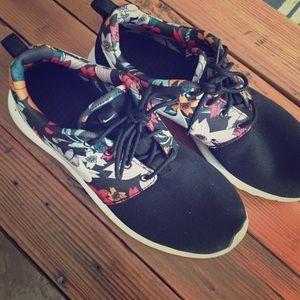 Nike roshe women's floral shoe
