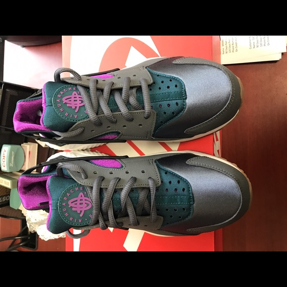 BRAND NEW!!!! Women's Nike Huaraches Run