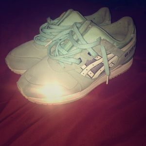 Women's Snowflake Asics Sz 10. 8regular
