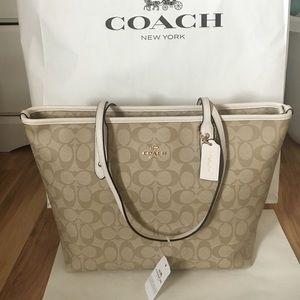 Coach Handbags - 💖coach tote light khaki
