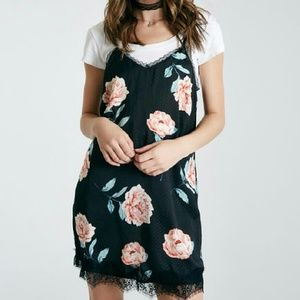 Dresses & Skirts - NEW Floral Lace Dress