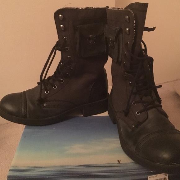 6b5e01757a1b Cute Roxy combat boots with a pocket!!!