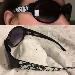 Foster Grant Accessories - Foster grant round sunnies - black & white sides