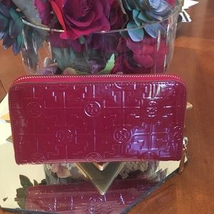 Tory Burch Handbags - Tory Burch patent leather wallet