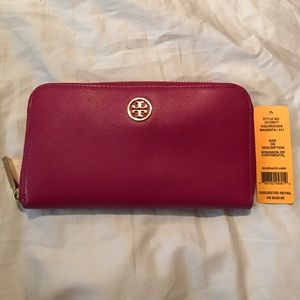 BRAND NEW Tory Burch Robinson Zip wallet
