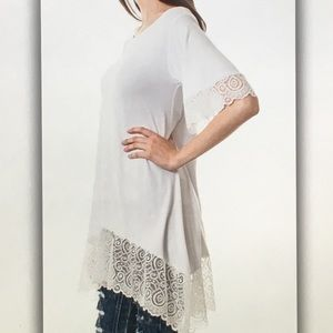 Tops - 5 ⭐️ rating!🍚White lace🍚accented tunic blouse