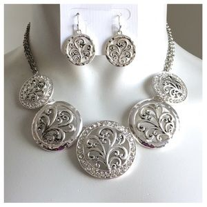 Jewelry - New- Antique Clear Silver Necklace Set