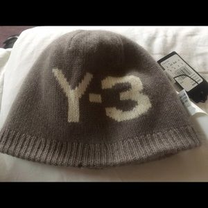 Y-3 Accessories - Y-3      100% cashmere reversible beanie.
