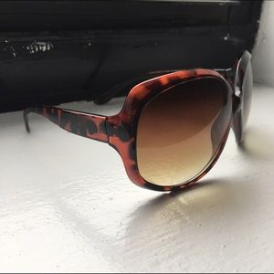 Accessories - Rounded square wide eye sunglasses