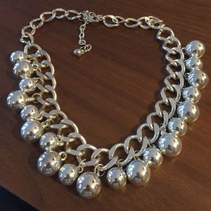 Jewelry - Gorgeous silver bauble bead necklace