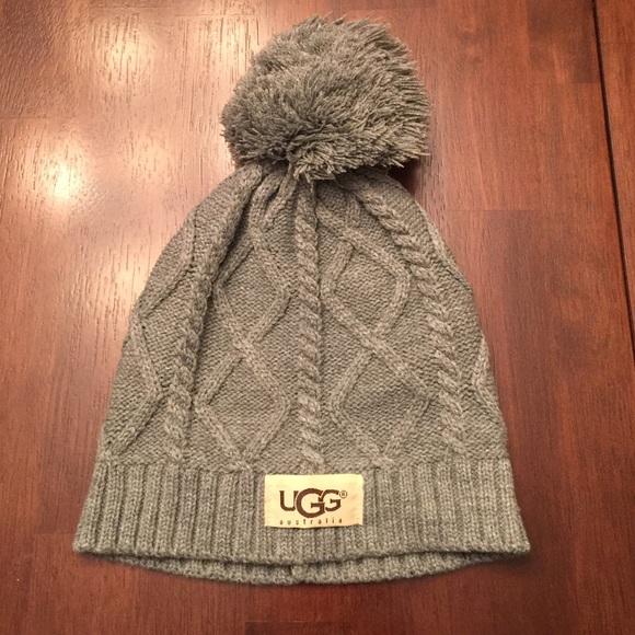 b182fb37385 NWOT Grey winter ❄ knit beanie with pom.