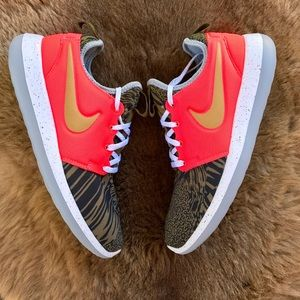 Nike Shoes - NWT Nike ID gold swoosh roshe 2