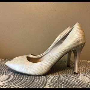 H&M pump in white snake pattern