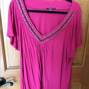 Cable & Gauge Tops - Cable and Gauge Fushia short sleeve v-neck top.