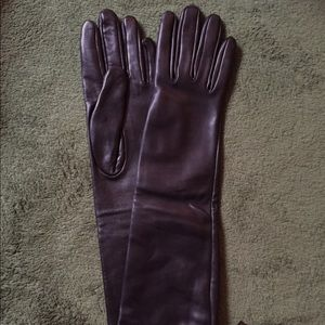 Saks Fifth Avenue Black Label Accessories - NWT Saks Fifth Avenue sheepskin, silk lined gloves