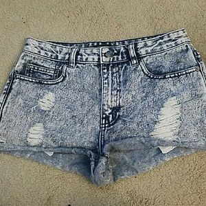Distressed High-waisted shorts. F21.