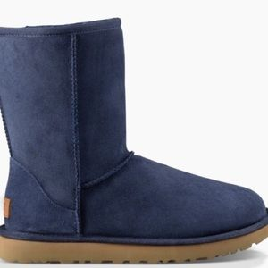 f3184eb86a6 UGG ESSENTIAL SHORT • Navy • Size 5 • LIKE NEW!!