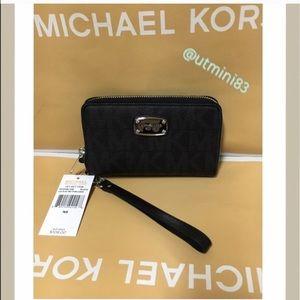 Michael Kors Handbags - 🍥MK wristlet/wallet black signature