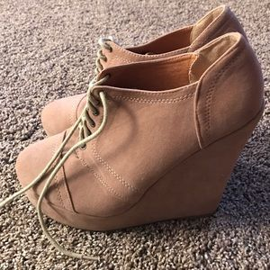 Traffic Shoes - Tan suede wedges