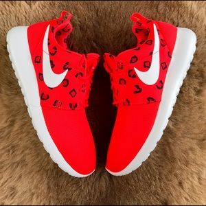 Nike Shoes - NWT Nike roshe run