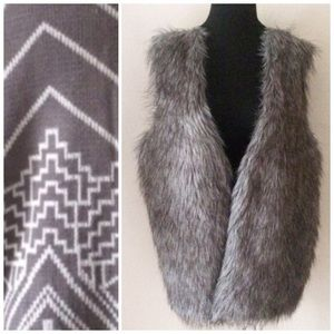 Jackets & Blazers - 🎉Host Pick 🎉 2x knit back faux fur vest