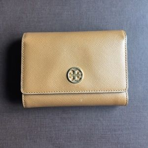 Tory Burch Handbags - Tory Burch Robinson Medium Flap Wallet