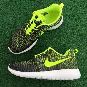 Nike Shoes - Women's Nike Roshe one flight weight sneakers