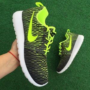 Nike Shoes - Women's Nike Roshe one flight weight sneakers