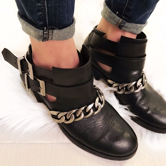 0ef7da3431f ➡Zara Chelsea Leather Ankle Boot With Chain Detail