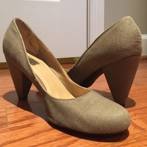 2in Pumps from Urban Outfitter, Army Green. Sz 10