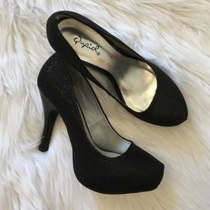Shoes - Sparkly black round toe heels