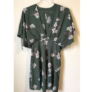 • Free people floral Wide sleeve dress size XS•