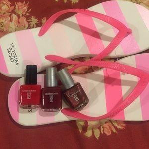 Elizabeth Arden Accessories - Elizabeth Arden nail polish set