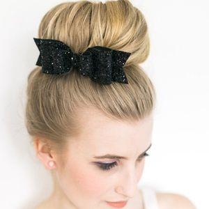 落Black or pink glitter bow clip