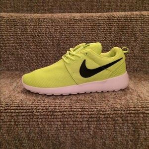 Women's Size 7 Nike Roshe Run Shoes Brand NEW!