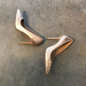 Gold glitter pumps 👠