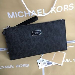 Michael Kors Handbags - 🍥MK clutch/wristlet black