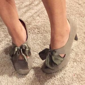 Ann Marino Shoes - Taupe colored, adorable, round toe pump
