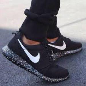 Women's Size 7 Nike Oreo Roshe Run Shoes Brand NEW