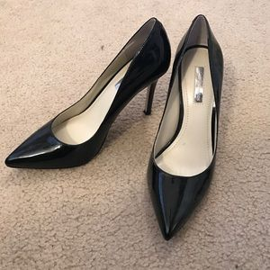 Pointed black patent pumps