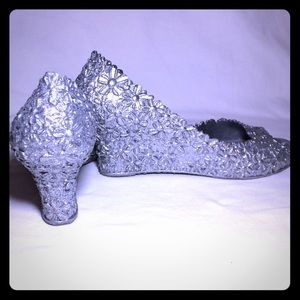 Shoes - Stunning silver textured wedges